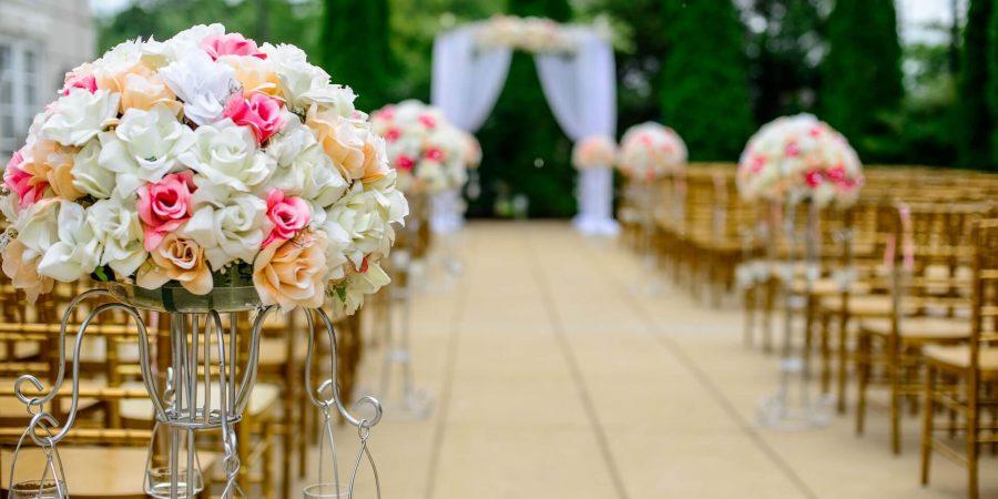 両側にいずが並んでいて、花束のブーケが添えられている結婚式場